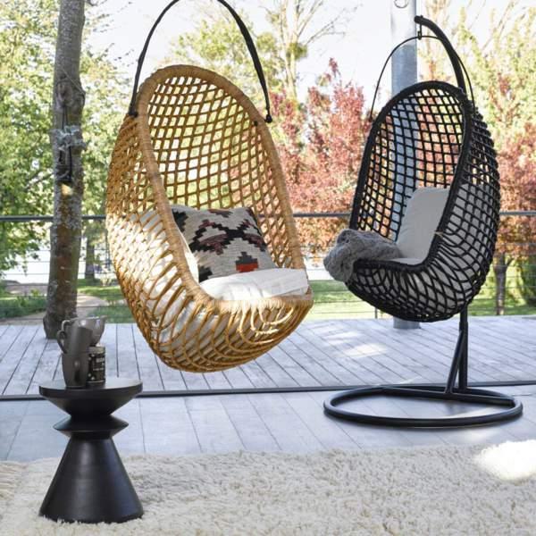 Un fauteuil oeuf suspendu au jardin